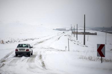 ترافیک نیمهسنگین در آزادراه قزوین_کرج_تهران/بارش برف و باران در محورهای مواصلاتی ۱۳ استان